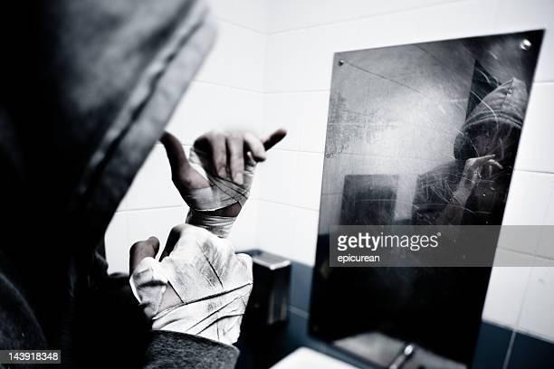 Jovem Boxeador americano Olhando para a sua reflexão com clenched fists