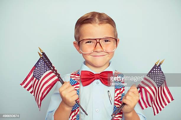 Giovane ragazzo con bandiere americane il giorno delle elezioni