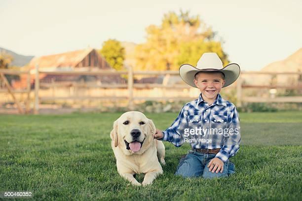 Junge amerikanische Cowboy und sein Hund