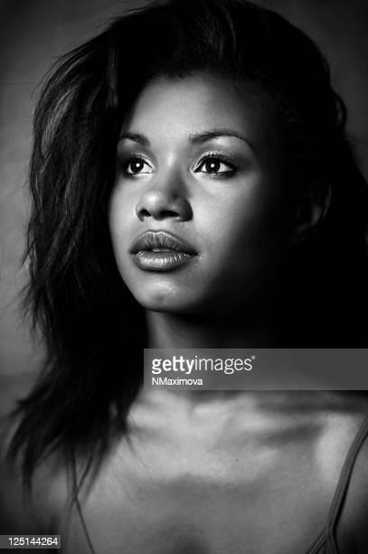 Junge und schöne afroamerikanische Frau.