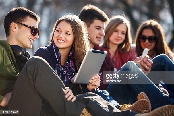 Jung und glücklich urban Menschen, die Spaß mit digitalen tablet
