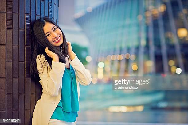 若いと遊び心のある日本の女性がポーズを