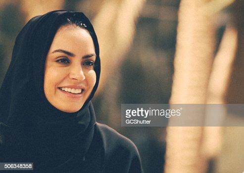 Joven mujer árabe en un parque