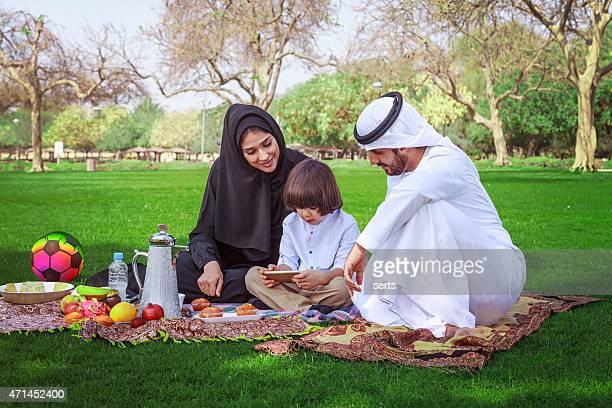 Jeune arabe famille à l'aide de tablette numérique au park