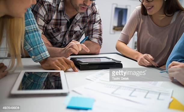 Jungen Architekten Planung auf Konferenz In Büro
