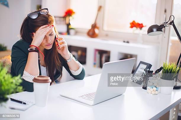 Jungen Architekten mit Handy am Schreibtisch