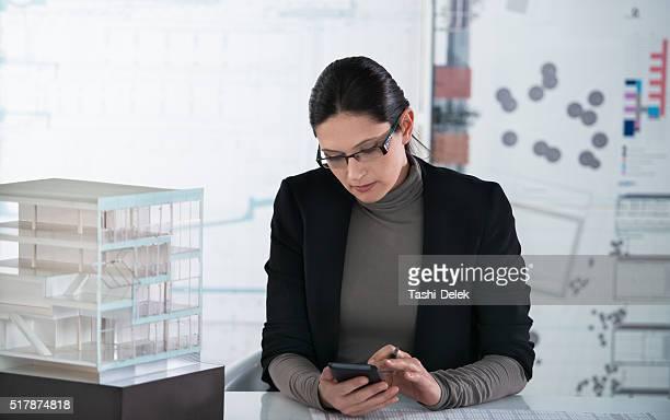 Jeune architecte travaillant dans le bureau