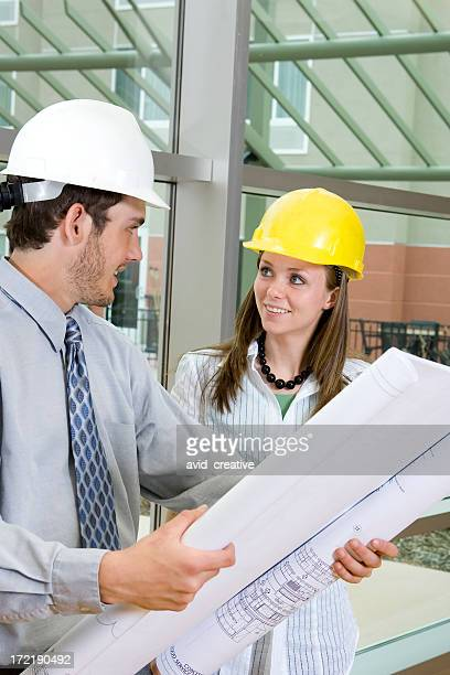 Jeunes architectes de discuter plan