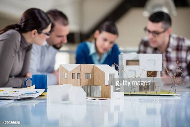 Jóvenes arquitectos trabajando juntos