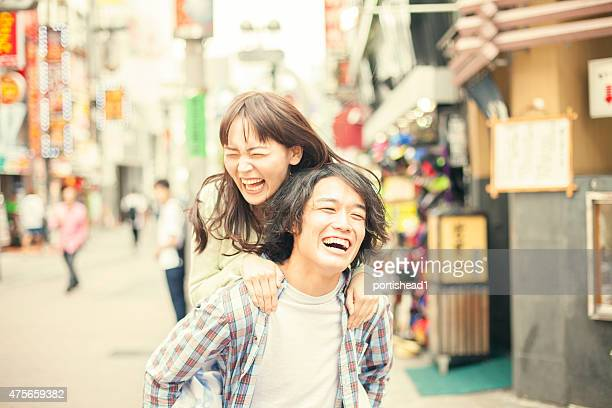 若いアジアカップル楽しみください。