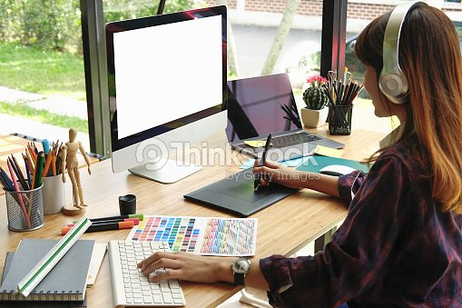Young asian graphiste à laide de tablette graphique pour faire son