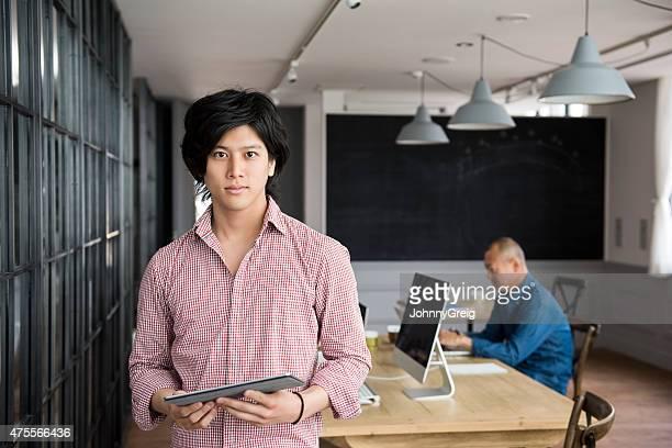 若いアジア人男性、デジタルタブレット