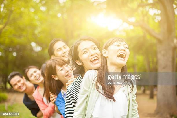 Junge asiatische Menschen, die Spaß im park