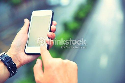 Joven mujer asiática manos uso de teléfono inteligente en la ciudad : Foto de stock