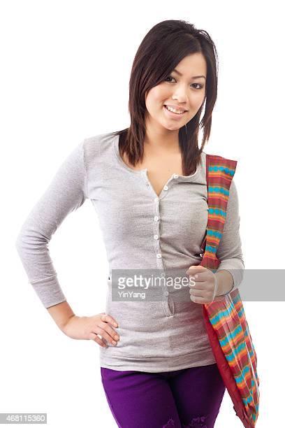 Junge asiatische Frau im Casual Outfit auf weißem Hintergrund