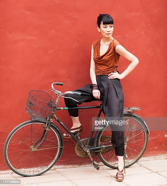 Jeune asiatique femme posant assis sur vélo