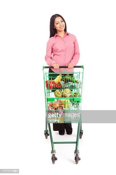 Junge asiatische Frau Shopper Kunden mit Lebensmittel-Warenkorb auf Weiß