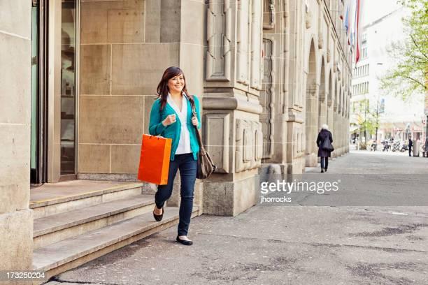 Junge asiatische Frau Shopping in der Schweiz