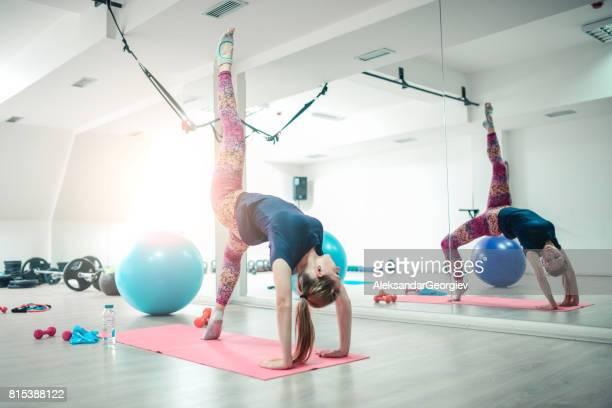 Jeune athlète féminine Yoga pratiquant dans une Pose de roue pattes