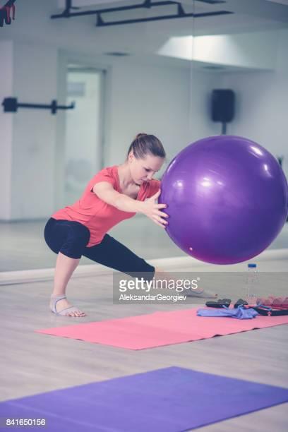 Jeune athlète femmes pratiquant le Yoga Pilates dans le gymnase