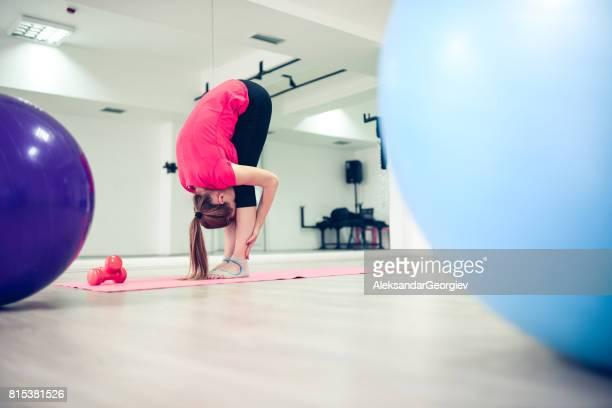 Femme jeune athlète pratiquant le Yoga debout avant pliage