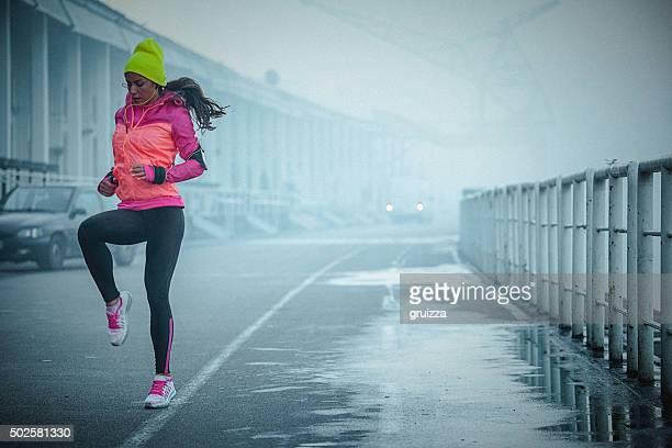 Femme jeune athlète exerce qui rebondissent et en plein air