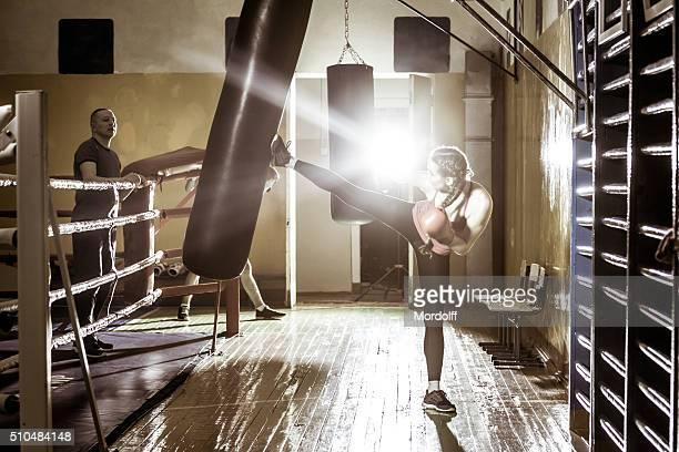 Los jóvenes atletas jóvenes realiza punzones de boxeo