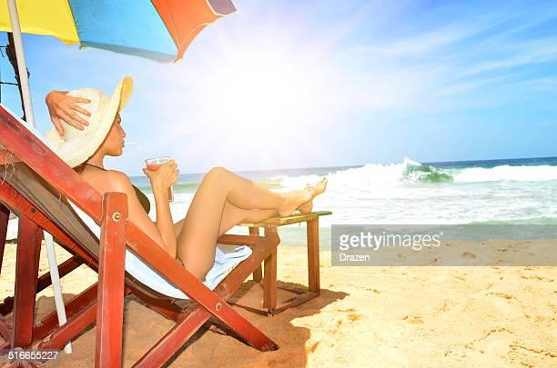 Junge attraktive Frau im bikini trinken cocktail am Strand