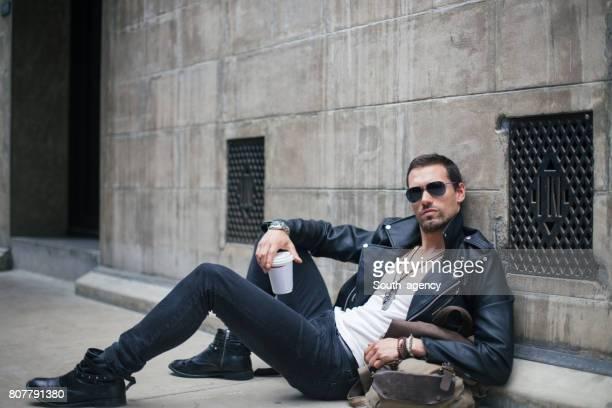 路上で横になっている若い魅力的な男