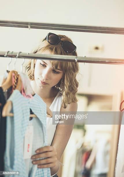 Jeune jolie femme acheter des vêtements de seconde main store