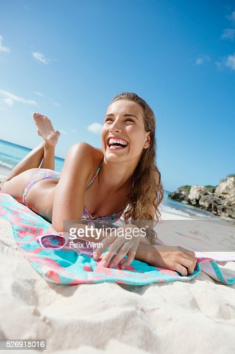 Young attractive woman posing on beach : Foto de stock