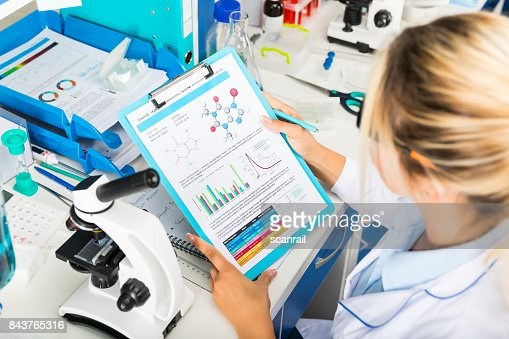 Young attractive woman scientist researching in the laboratory : Foto de stock