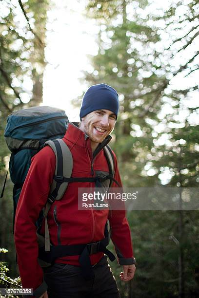 ハイキング若いバックパッカーの森