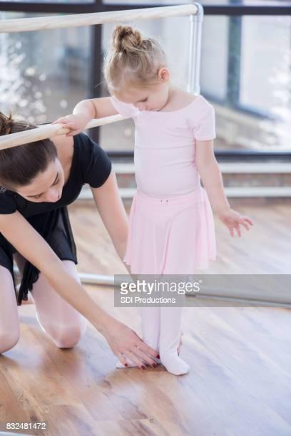 Jungen Ballerina erhielt Anleitung von Dozent an der Ballettstange