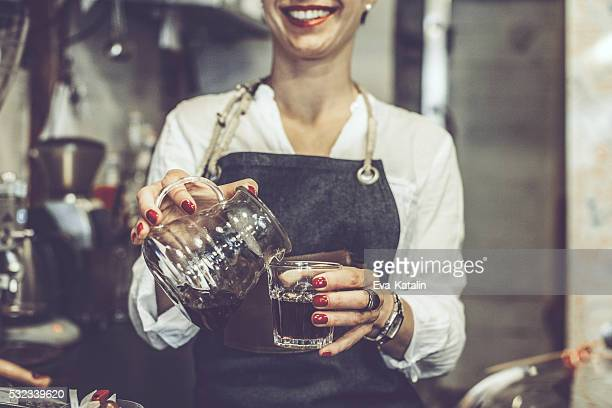 Jeune barista fait un café