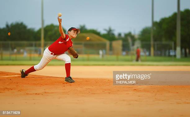 若いリーグの野球ピッチャー