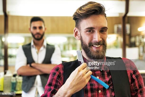 Giovane hipster Barbuto presso il barbiere.