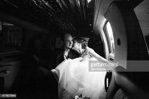 Jeune beau couple, le marié et la mariée dans la limousine.   Mariage.