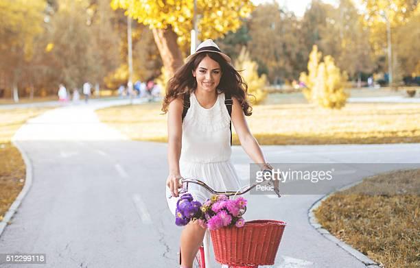Jeune femme belle, élégamment décorées avec vélo