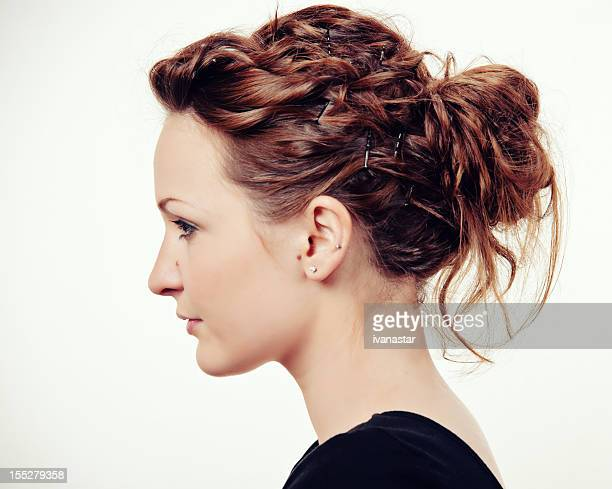 Modelo de moda joven y hermosa perfil de moño