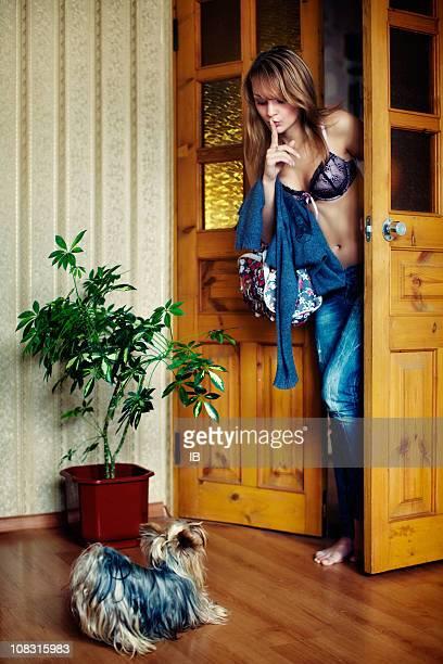 Junge schöne Mädchen insgeheim zurück zu Hause