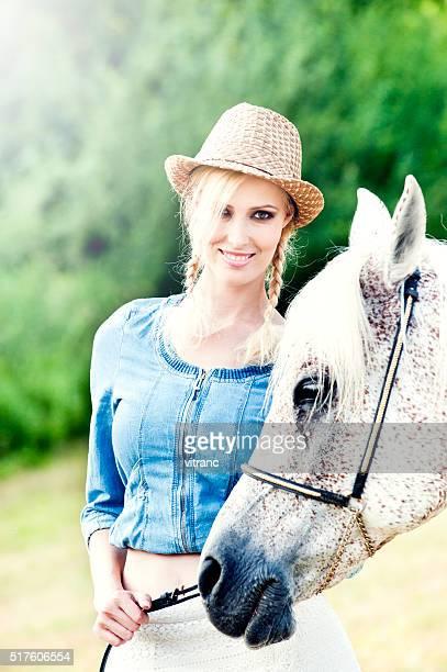 Junge schöne Mädchen mit Ihr Pferd