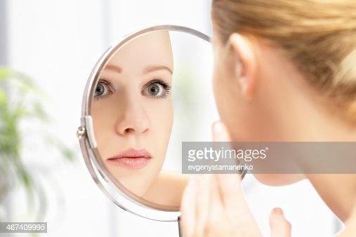 若い美しい女性の健康とミラーに反射 : ストックフォト
