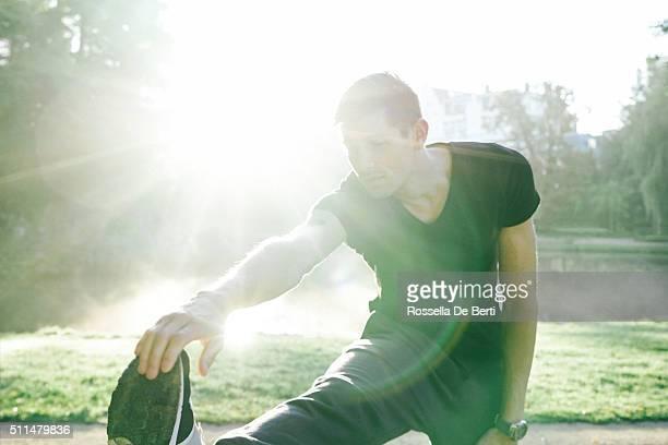 Junge Schöner Mann Training im Freien im frühen Morgen