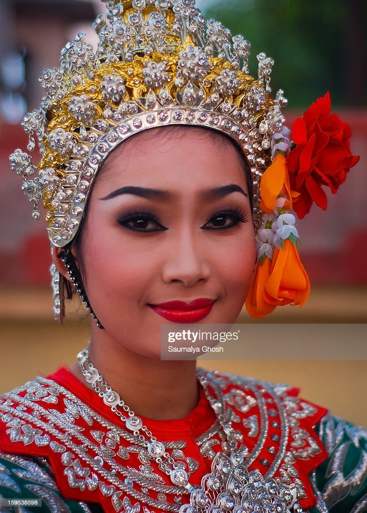 CONTENT] A young beautiful Thai lady in ethnic dress at Bodhgaya on the eve of Buddha Purnima celebration.