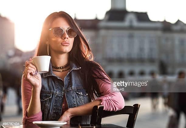 """Junge schöne Frau, die in espresso Kaffee im Restaurant """"city Café""""."""