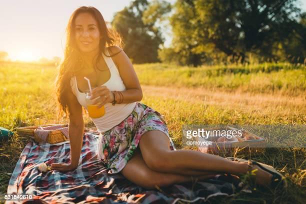 Junge schöne Frau genießen sonnigen Sommertag in der Natur