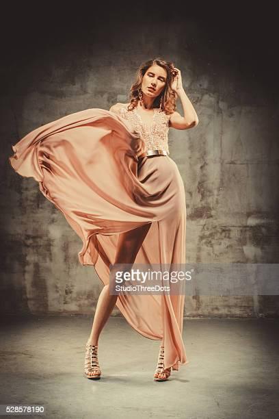 Giovane donna bellissima In un abito da sera