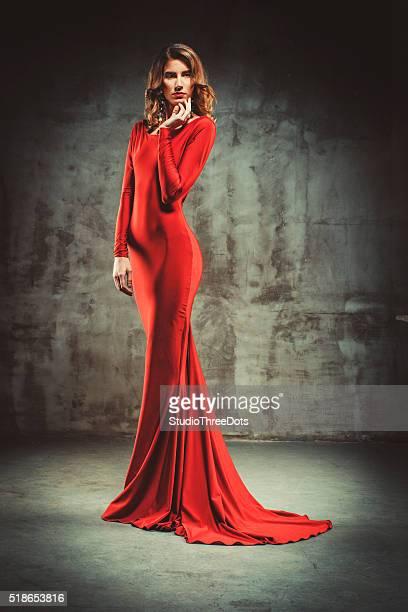 Jeune belle femme en robe rouge