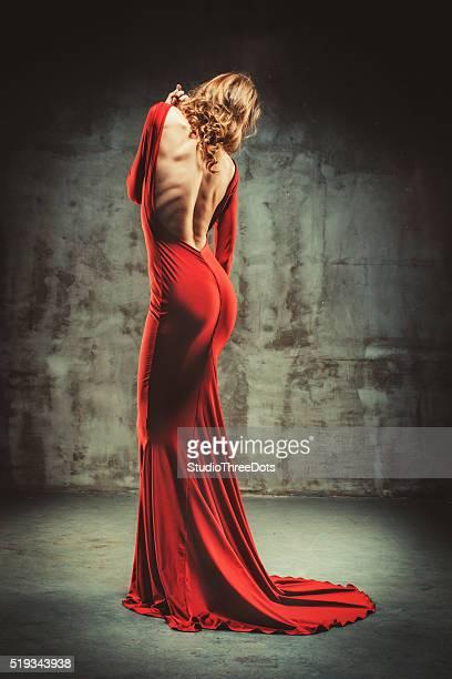 Giovane bella donna In abito rosso
